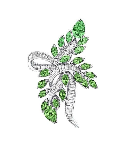 El broche EXCELSIOR es una bella creación realizada por los maestros joyeros de la firma Navas Joyeros, donde se combinan en una pieza de alta calidad y elegancia, los más selectos diamantes con las más bellas turmalinas, obteniendo una joya única perfecta para las grandes ocasiones.