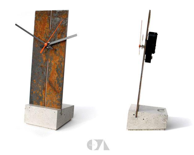 Moderne Standuhr, bestehend aus einem 2,5 - 3 mm starken, korrodierten Stahlblech und einem Sockel aus Beton.  Es ist ein lautloses Quarzuhrwerk mit Schleichsekunde und mit Metallzeigern verbaut...