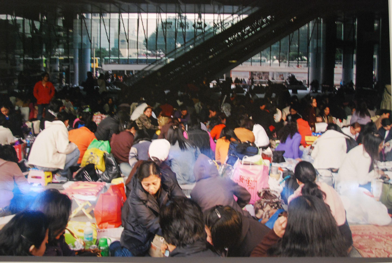 (61) En su único día libre semanal se reúnen en el centro de Hong Kong para relacionarse y convivir.