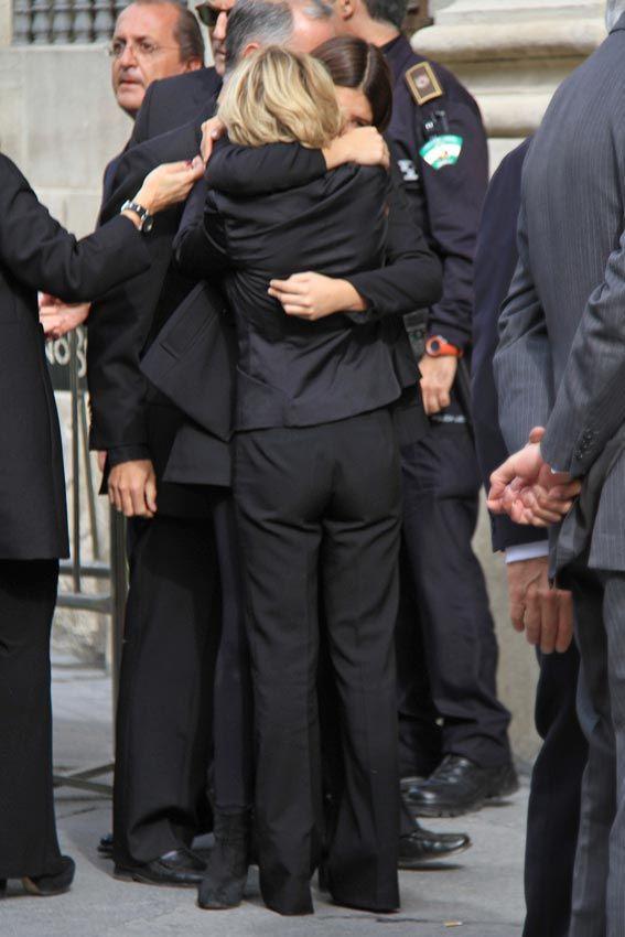 La familia de la Duquesa de Alba, rota de dolor en la capilla ardiente Eugenia, que no podía contener las lágrimas, se abrazó así de fuerte a su hija Cayetana © Gtresonline