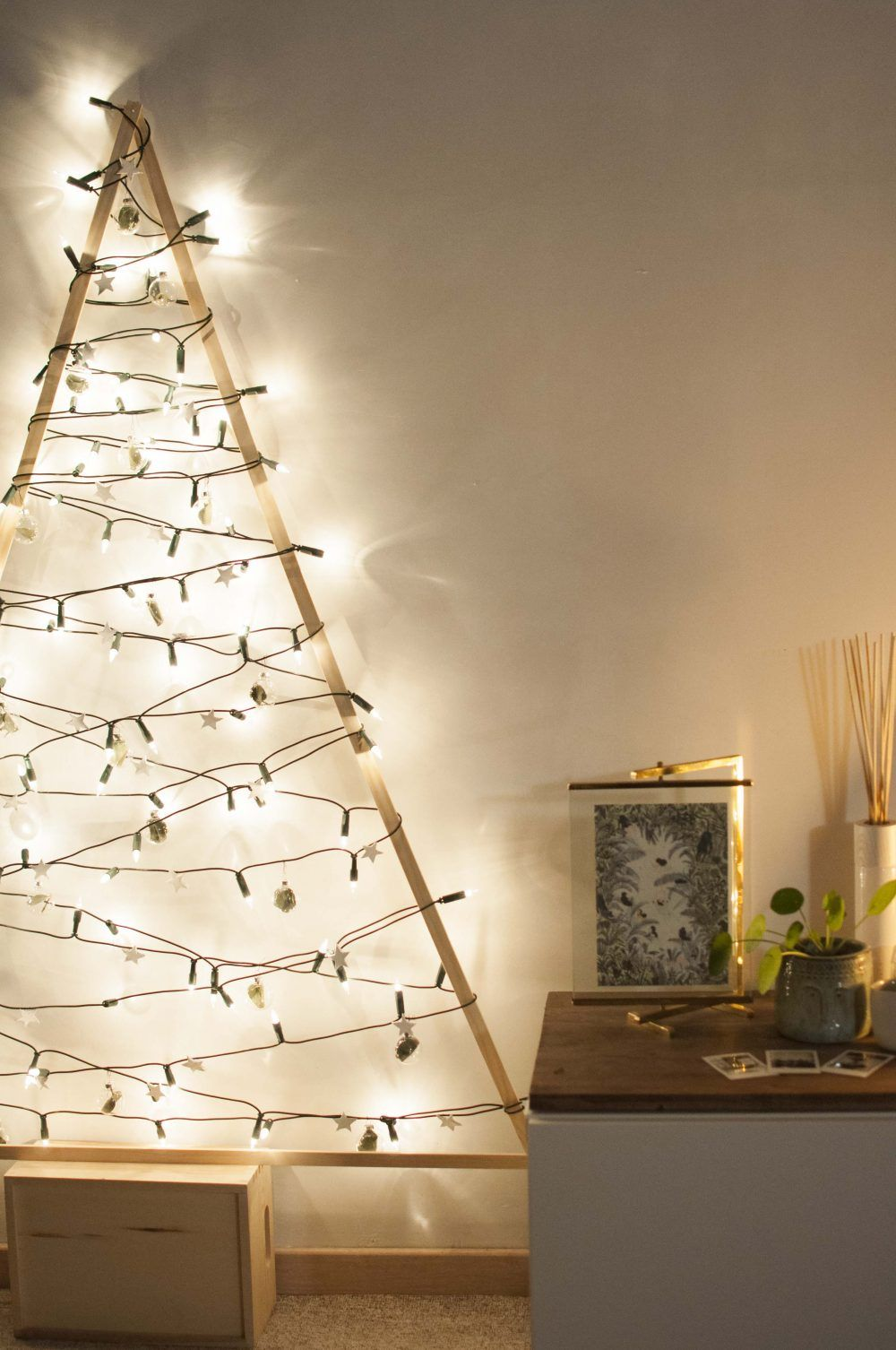 diy selbst gemachter tannenbaum mit lichterkette. Black Bedroom Furniture Sets. Home Design Ideas