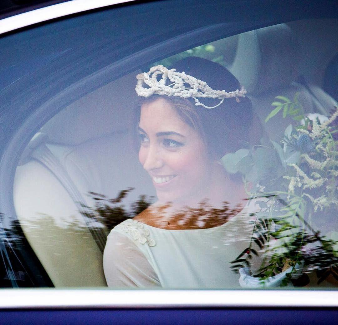 Julia   vestida por @antoniogarciaestudio y su tiara de espigas en esta bonita foto de #alejandravinuesabolfotografía #tiaras #tocadossevilla #tocadosdenovia #photography #photo #nature #luisbenitezmillinery #novias #sevilla