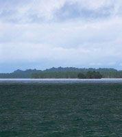 En el extremo sur, la costa es plana debido al aporte de sedimento de los ríos, que con el paso del tiempo oculta las cicatrices dejadas por movimientos tectónicos.