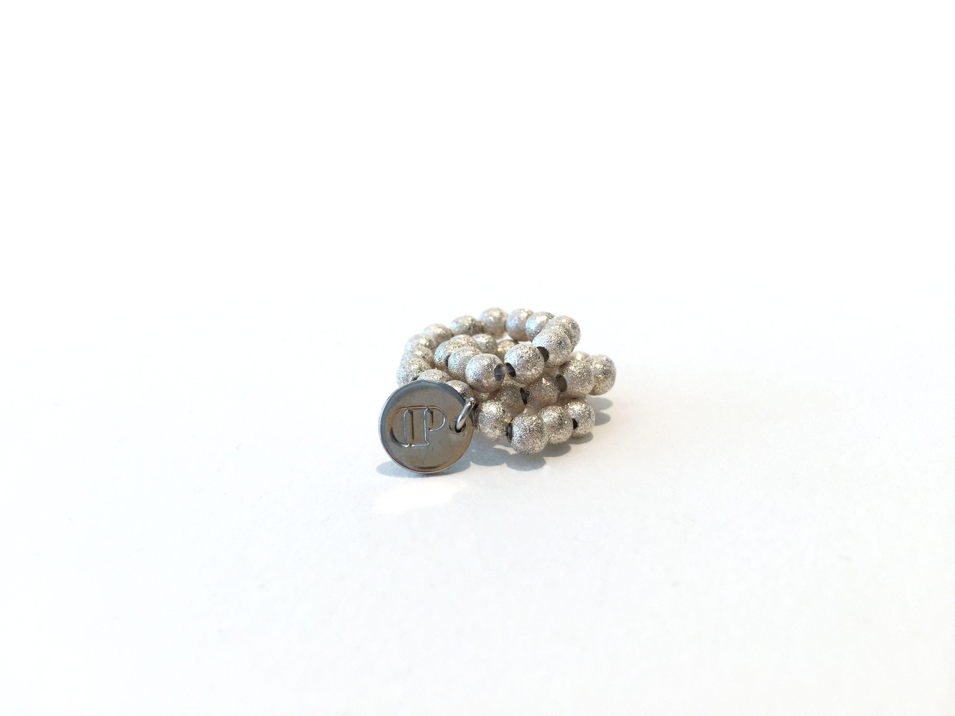 Dieses hübsche Armband besteht aus 4 mm Stardust-Kugeln. Das Armband ist elastisch, ohne Verschluss, lässt sich ganz einfach über das Handgelenk streifen, ist leicht und sehr angenehm zu tragen! Ein echter Allrounder und toll in Kombination mit anderen Armbändern... #braclets #elastic #pearls #armbänder #perlen #DPbeanies