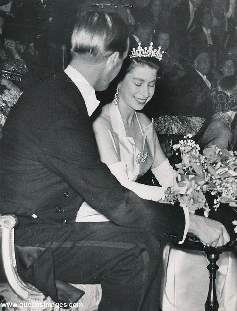 una imagen temprana de la joven HM con la tiara de Girls y su esposo, Philip    Joven reina isabel, reina real, su majestad la reina