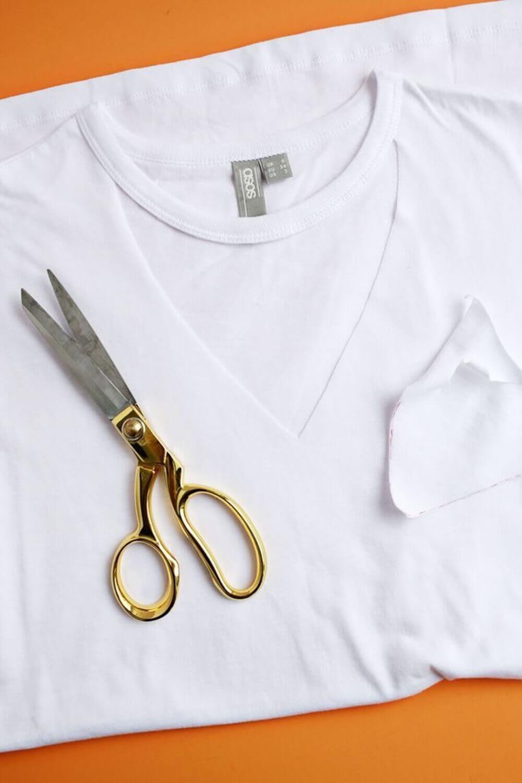3af1a3075 DIY 10 ideias de como customizar blusas velhas  diy  façavocemesma   façaevenda  custom  customize  customizable  customization  customização   blusas ...