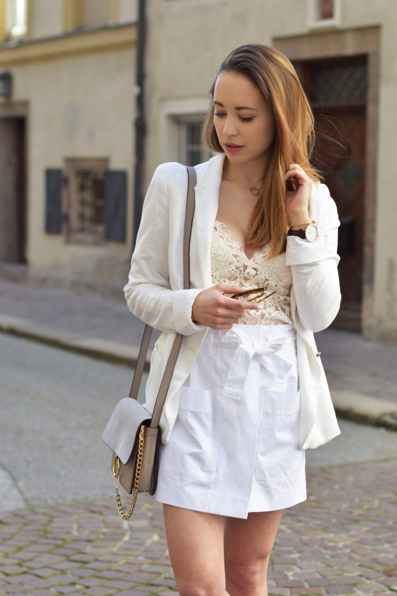 Spitzentop von Zara mit weißem Blazer und Skorts