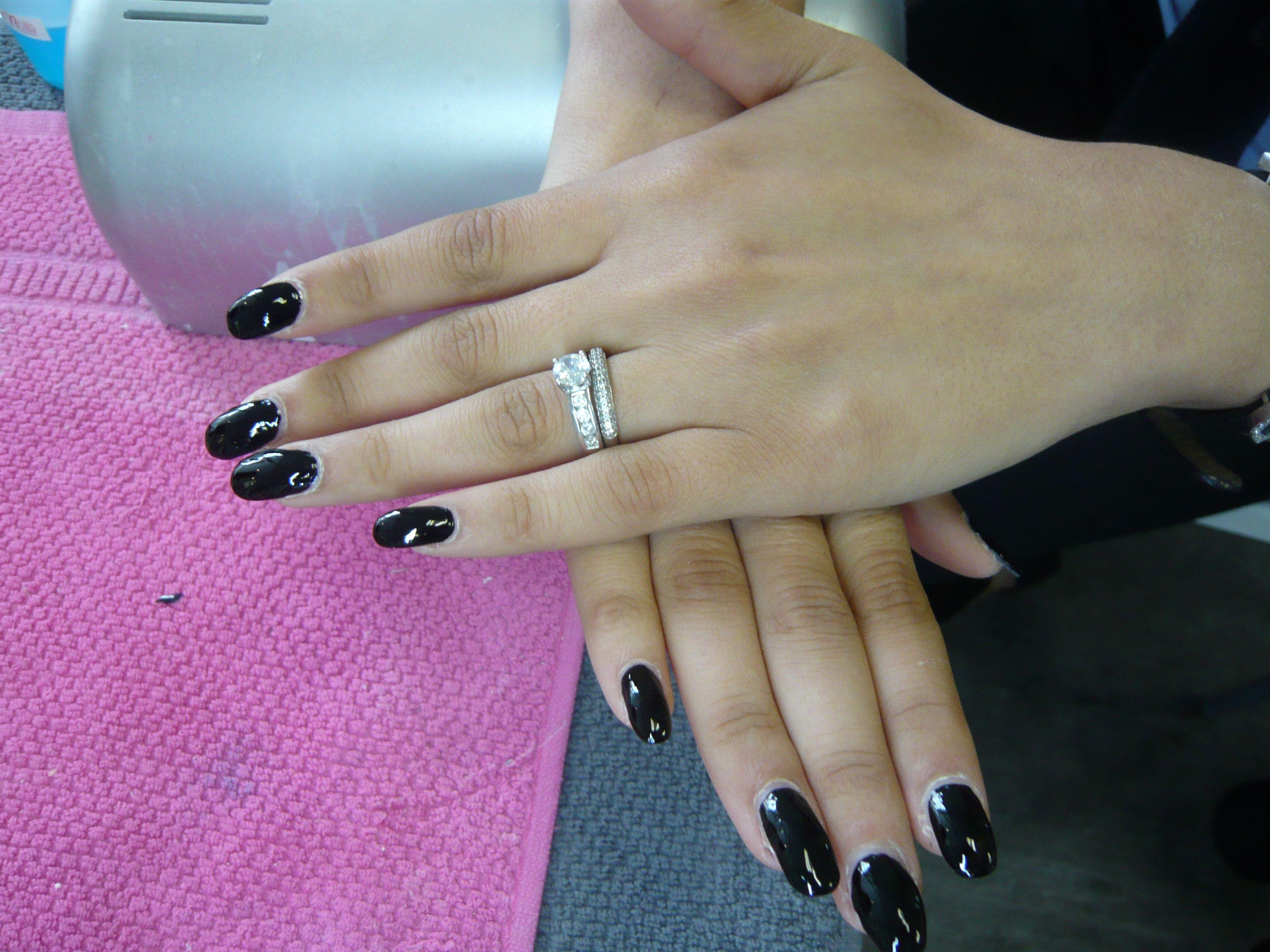 ongles en gel et vernis noir pour cette manucure nails. Black Bedroom Furniture Sets. Home Design Ideas