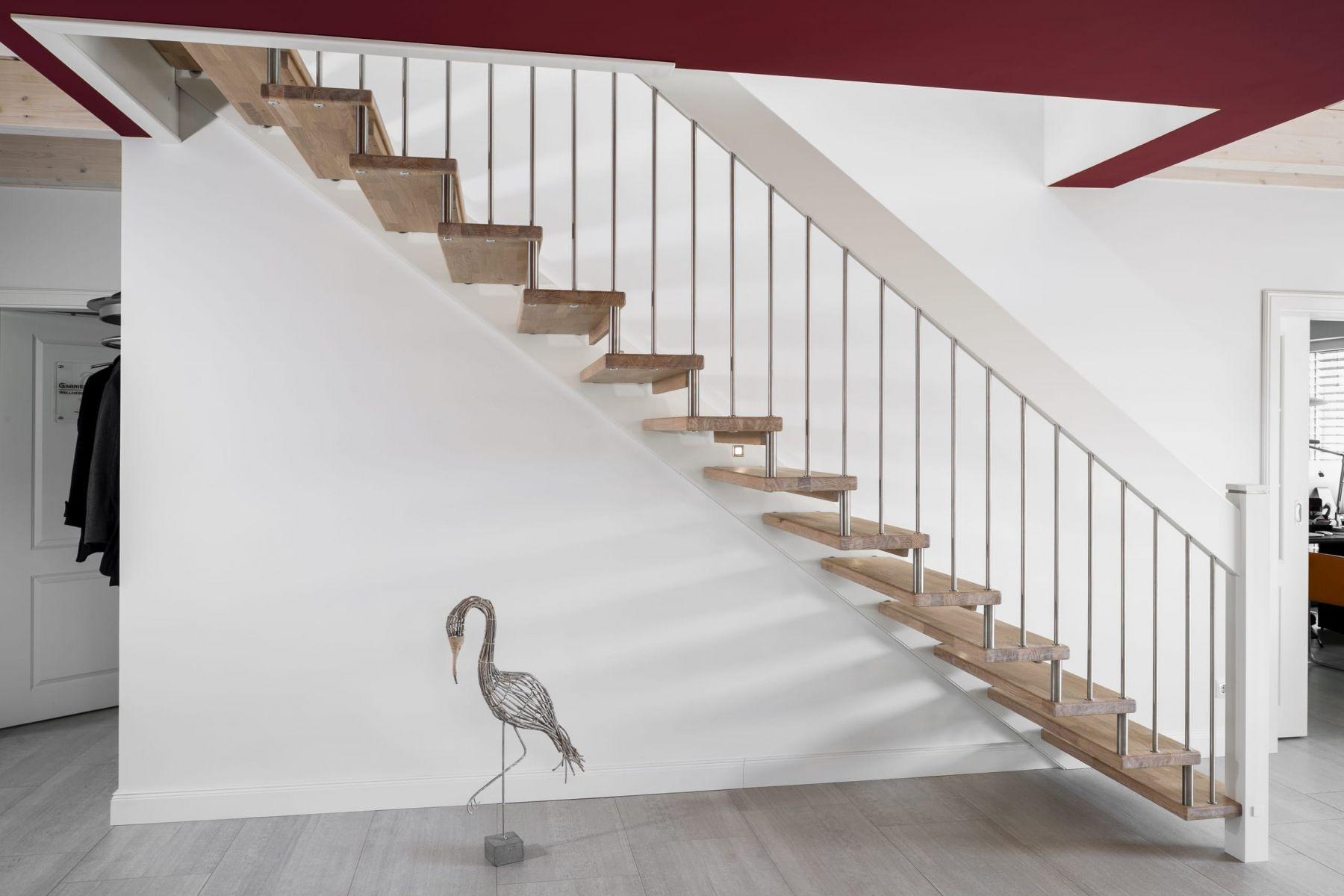 gerade freitragende treppe stufen in der holzart eiche mosaik wei ge lt gel nderst be und. Black Bedroom Furniture Sets. Home Design Ideas