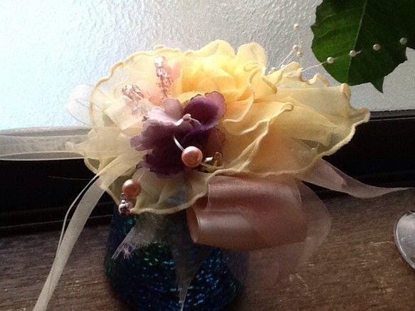クリーム色のサテンとシフォンのリボンの上に、カナリア色のオーガンジーが何層にも重なり合い、ピンクやパープルのお花、キラキラ光るクリスタルビーズや淡水パール、カ... ハンドメイド、手作り、手仕事品の通販・販売・購入ならCreema。