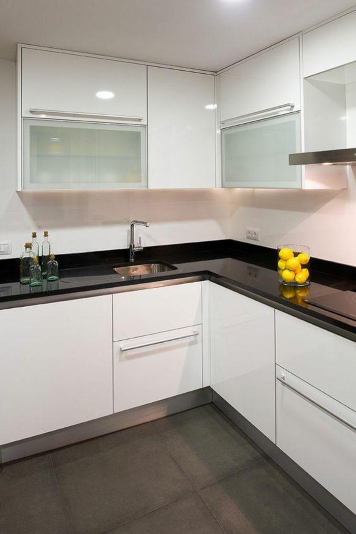 Petite Cuisine Equipee Meubles Angulaires Blancs Avec Plan De Travail Noir Brillant Sol Avec Carrel Cuisine Moderne Meuble Cuisine Blanc Deco Cuisine Moderne