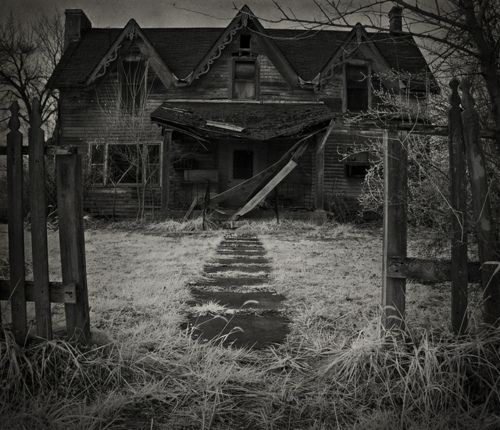 Spooktastically marvelous setting. #Halloween #haunted_house #Victorian #house #eerie #creepy #spooky #scary