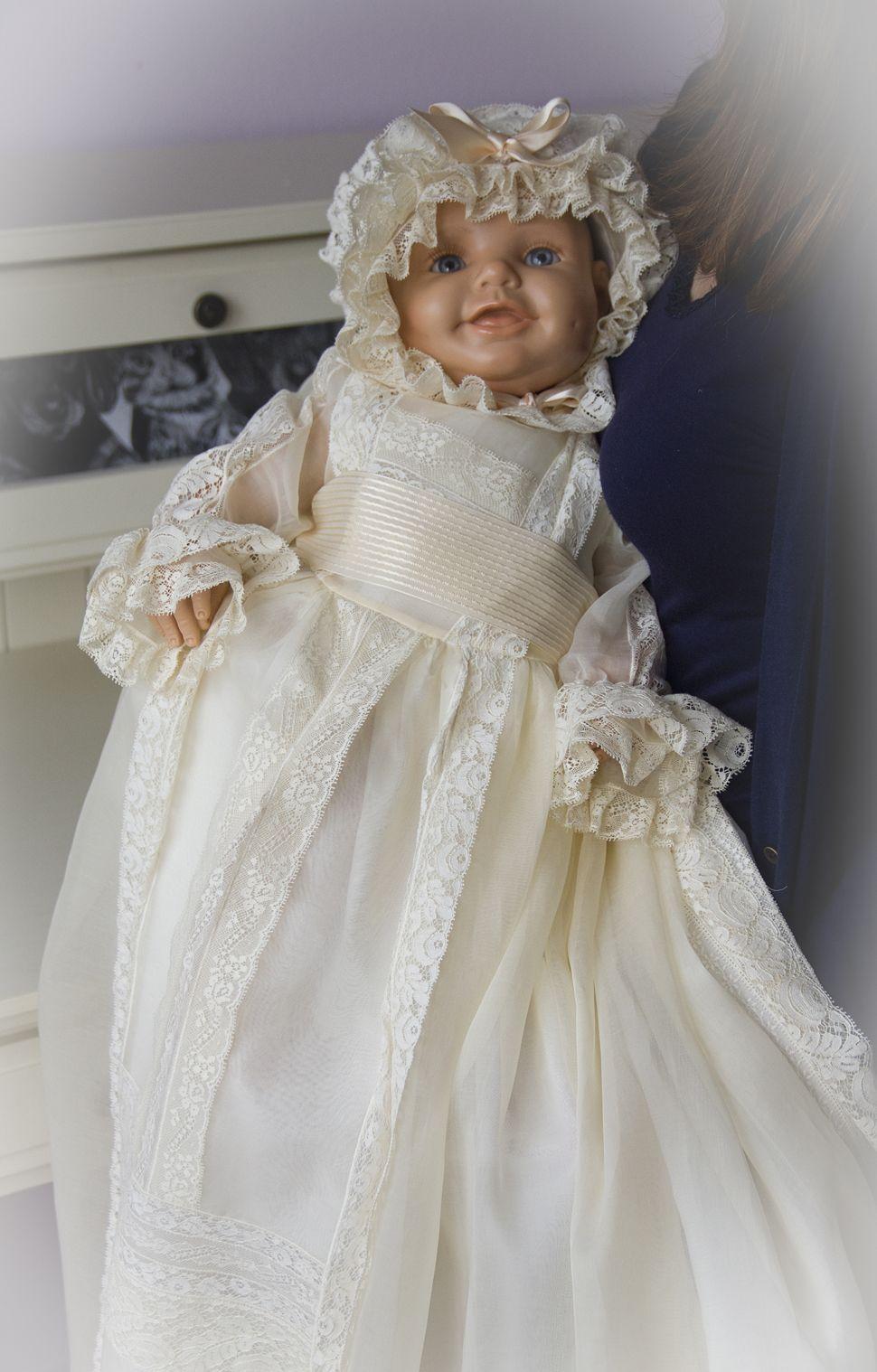 Faldón de cristianar en organdí suízo, con encajes de alençony valencien, http://lacomodadepilar.blogspot.com.es/