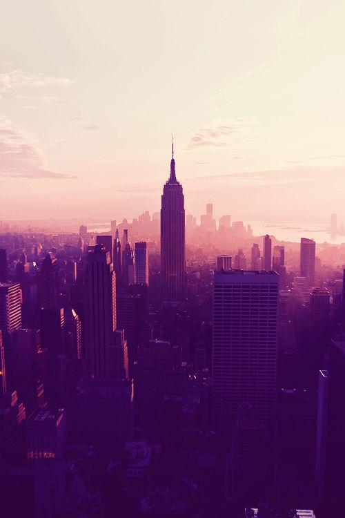 Esta é uma imagem de uma lavagem de cor natural que ocorre em NYC numa determinada hora do dia. Neste caso, ela é completamente lavado com uma luz violeta monocromática. Como você vai a partir da base da cidade em direção ao céu, eu adoro a mistura é o amolecimento da cor que ocorre com todos os prédios que aparecem como silhuetas fortemente sombreados.