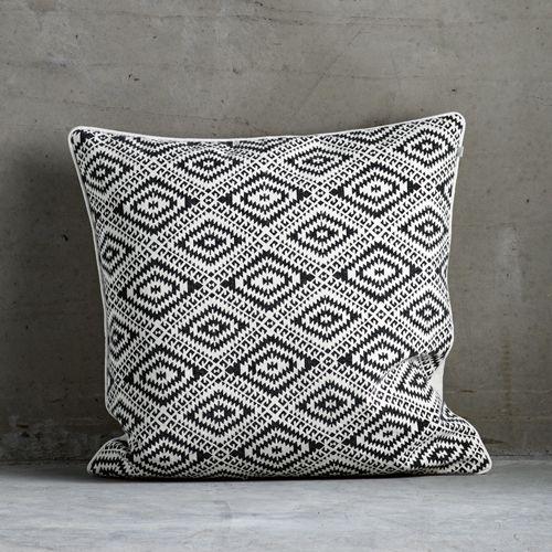 coussin carr en coton blanc motif ethnique noir tine k. Black Bedroom Furniture Sets. Home Design Ideas