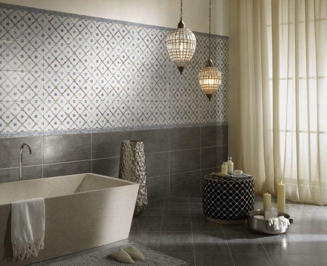 Wandverkleidung im Bad-Fliesenmuster geometrisch-dekorative Leuchten
