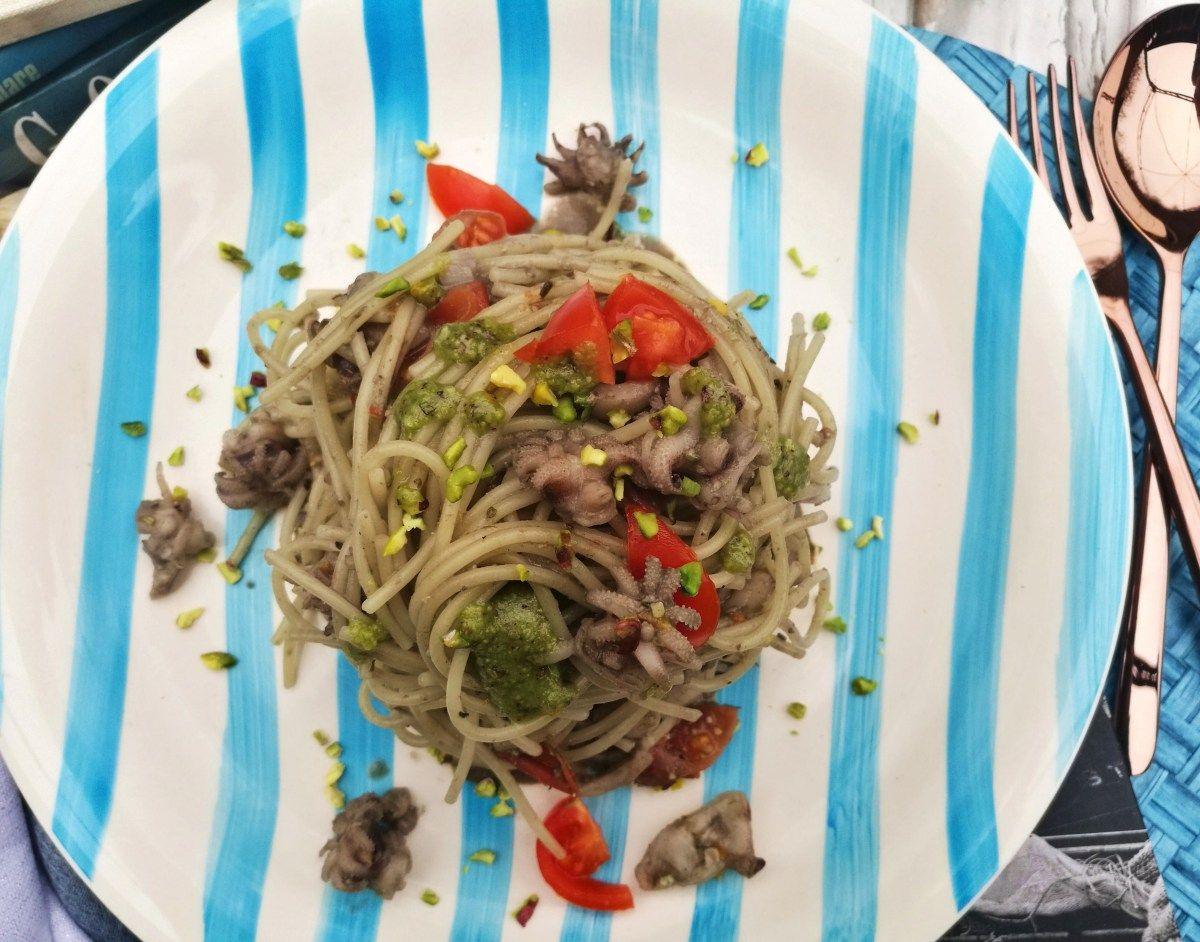 #sciarapistacchio #girolomoni @sciarapistacchi  Spaghetti al nero di seppia con pesto di pistacchio, seppioline e pomodorini