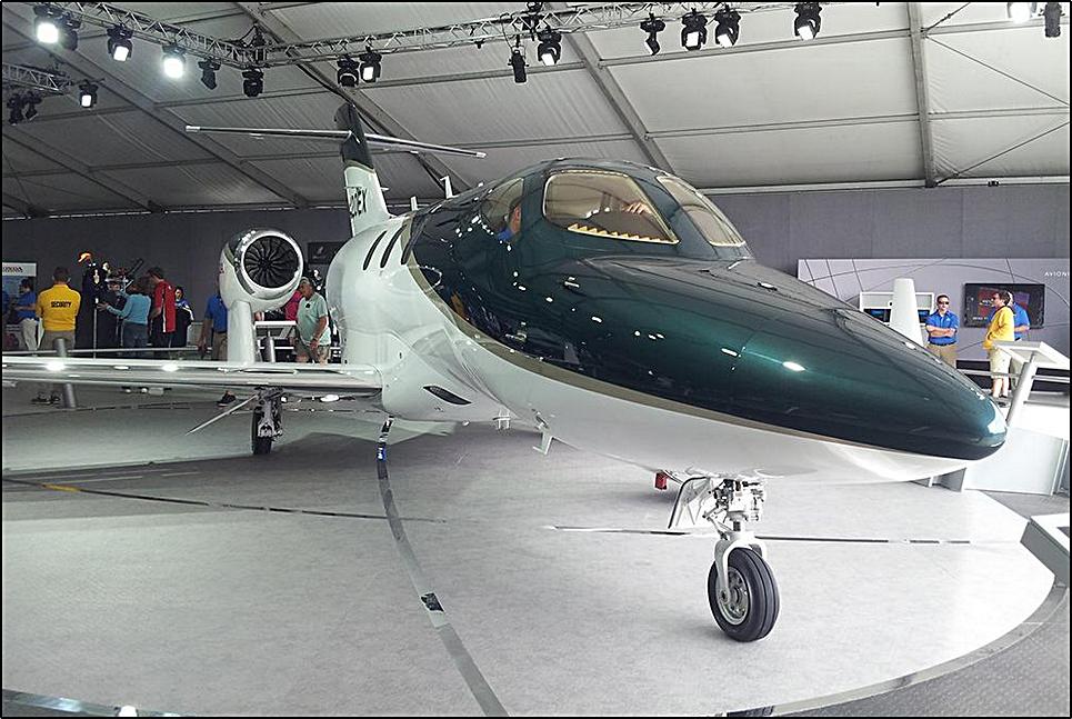 DEBUTA HONDA EN OSHKOSH  El HondaJet, que fue anunciado por primera vez en Oshkosh, hace nueve años, está equipado con aviónica,  Garmin G3000 y tiene capacidad para 1 tripulante y 5 pasajeros en su configuración típica.  El avión tiene un alcance de 1.180 nm y una altitud máxima que alcanza un máximo de 43.000 pies. @ 425 Knots.