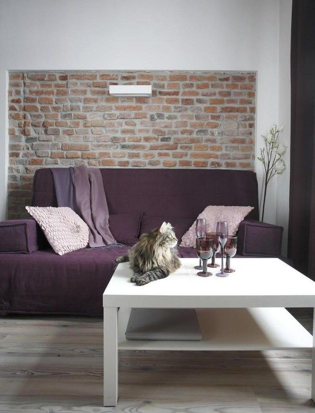 Highlight Backsteinwand, wohnzimmer modern lila sofa weißer - wohnzimmer modern ideen