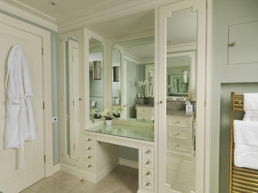 Foto Bagni Chiari : Master bathroom a dressing table & wardrobes all painted