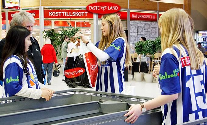 Fotbolls flickorna från IFK Strömstad hjälpte till vid invigningen.  www.tasteland.se