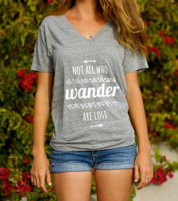 Pas tous ceux qui errent sont perdus / / Hippie Arrow chemise aztèque Tribal Tee / / vêtements Boho / / V féminin Neck typographie T Shirt