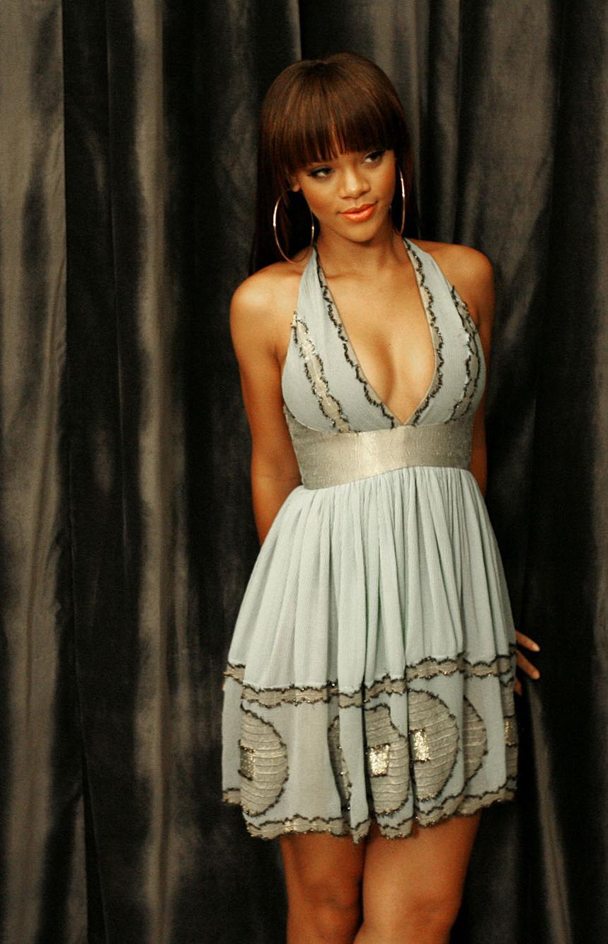 Rihanna | Rihanna dress, Celebrity dresses red carpet ...