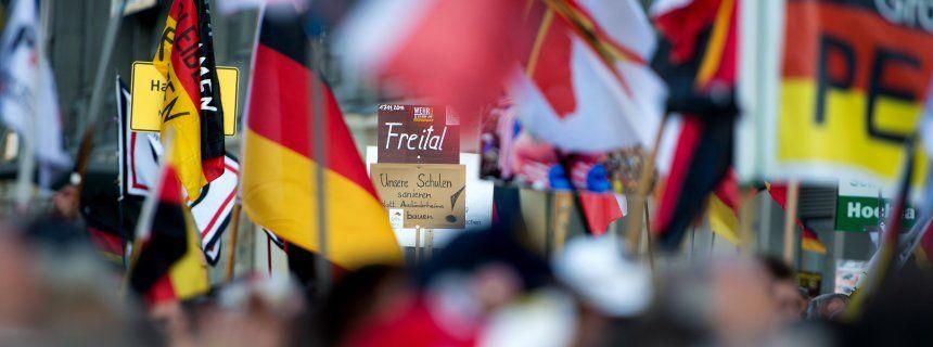 AfD und Pegida: Da haben sich zwei gefunden ------------ Pegida-Kundgebung in Dresden Rechts, stramm rechts, rechtsradikal: Pegida ist mit der AfD ein politischer Arm gewachsen, der Vorurteile gegen Fremde schürt, Rassismus sät und mit Haß gegen Muslime auf Stimmenfang geht. Die Zivilgesellschaft bleibt aufgefordert, die Weltoffenheit und freiheitliche Ordnung gegen die Hetzer und Verfassungsfeinde von ganz rechts zu verteidigen.