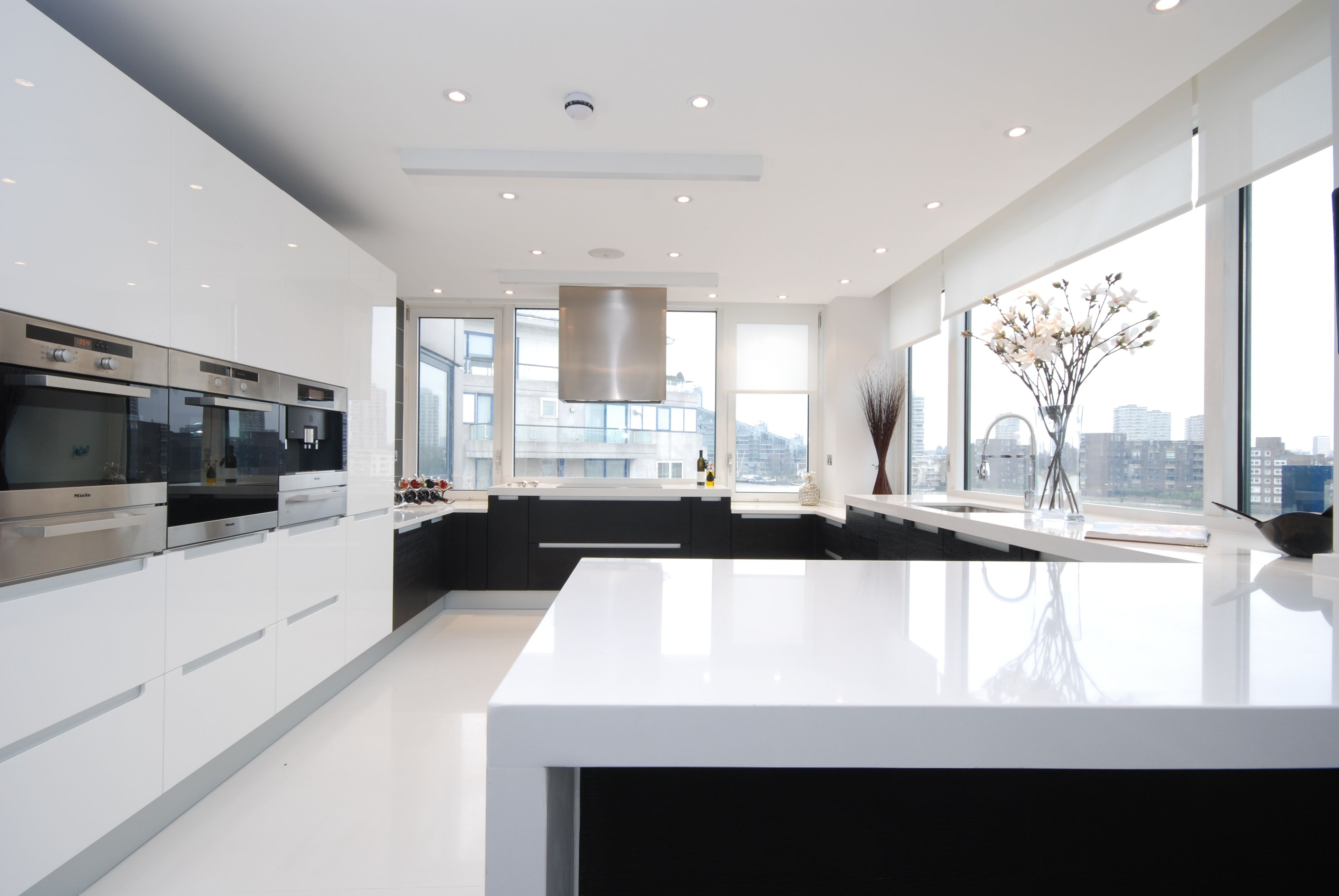 White kitchen roller blinds | Persianas