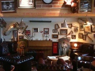 le Pub St Vincent,avec une décoration british et des fauteuils ...