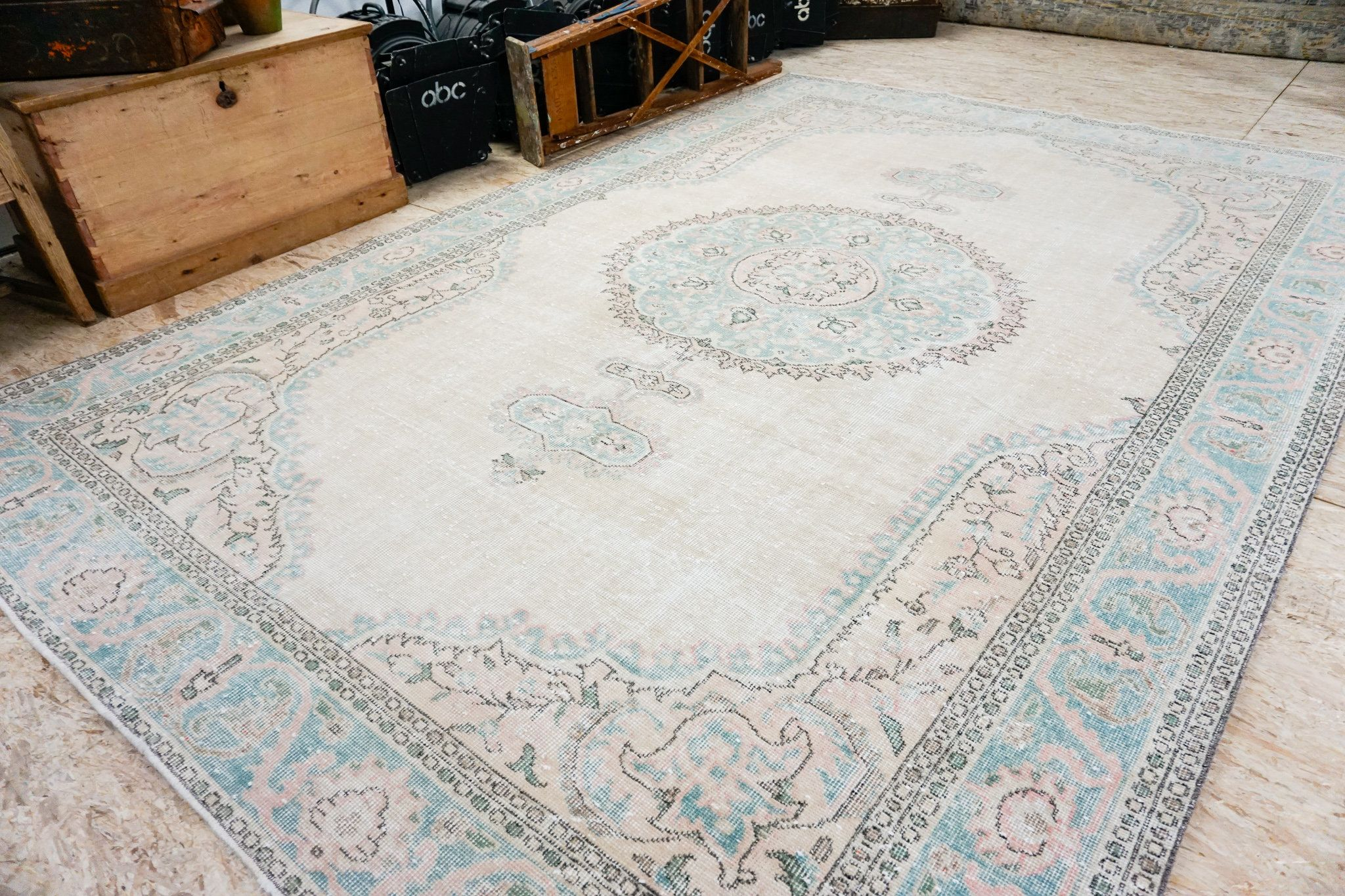 This Vintage Rug Is From The Oushak Region Of Turkey It Is Handmade Using A Cotton Foundation And Wool Weave T Turkish Oushak Rugs Carpet Handmade Oushak Rug
