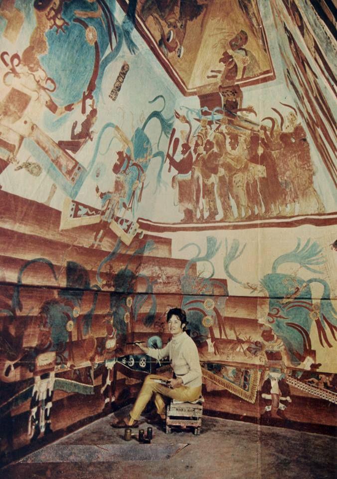 Rina Lazo pinta la réplica de los murales de Bonampak para el Museo Nacional de Antropología en la ciudad de México.