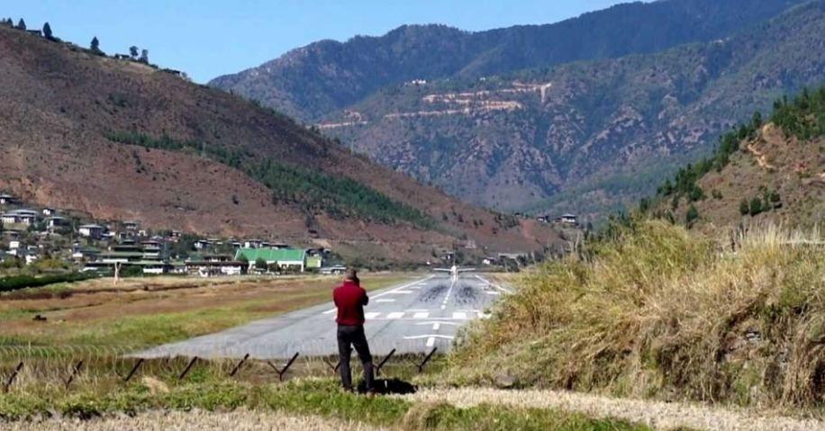 O aeroporto de Paro, no Butão, está cercado por montanhas de até 5.500 metros, e somente alguns pilotos estão  certificados para trabalhar ali