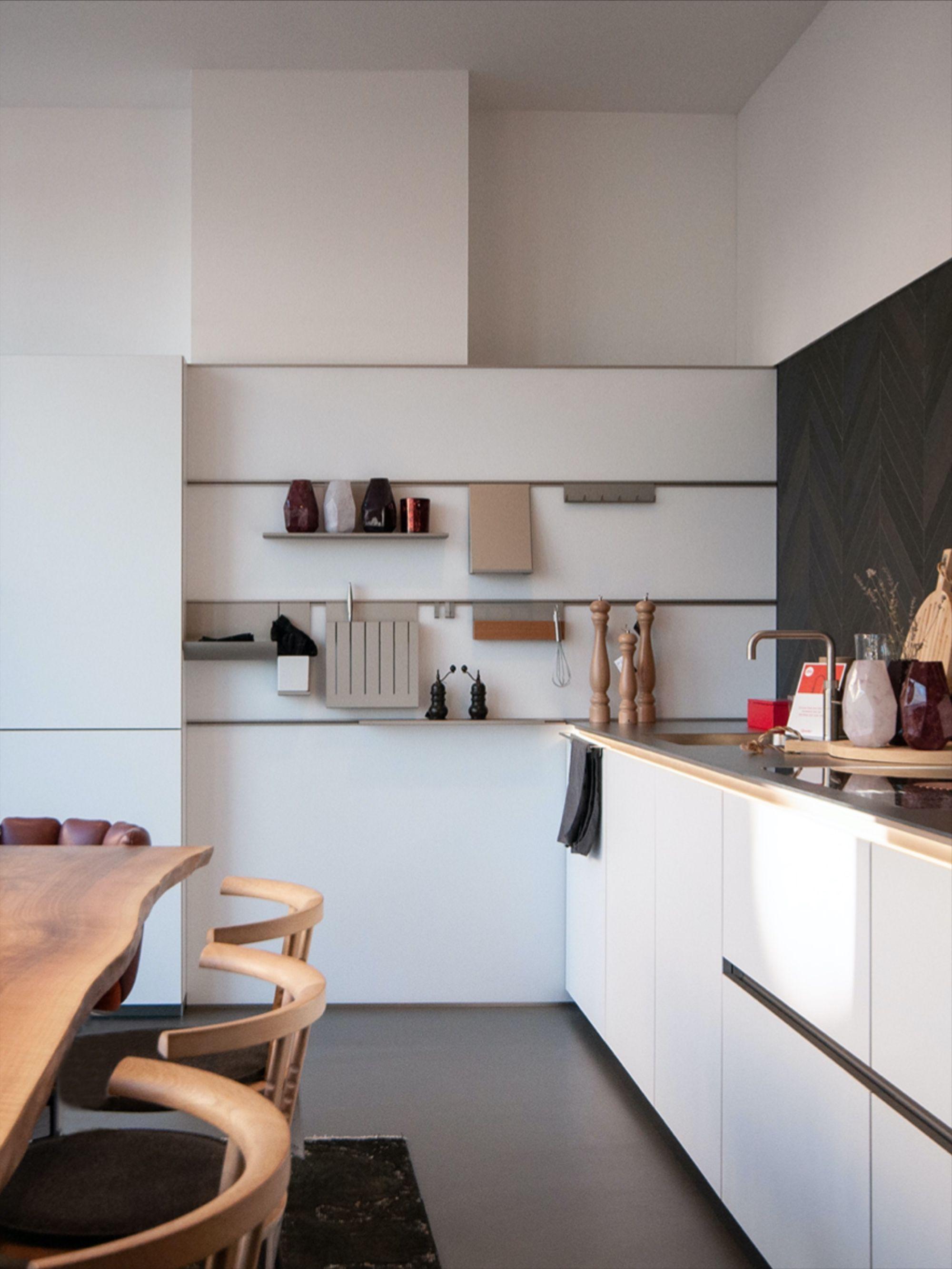 Mit Holzelementen Und Schwarzen Fliesen In 2020 Weisse Kuche Schwarze Fliesen Kuche