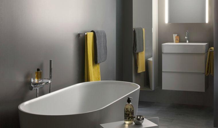 Idee rivestimento bagno vasca forma ovale abbinamento colori