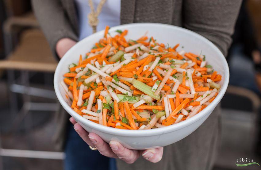 Ganz neu auf dem Buffet lädt dieser Rohkostsalat zum leichten Genuss ein. Wir servieren dazu frischen Zitronensaft.