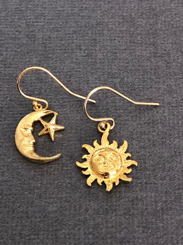 Colgante de b/úho en una rama de plata de ley en luna dorada crescente