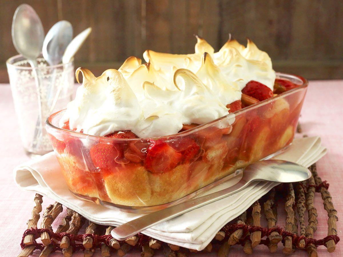 warmes erdbeer rhabarber dessert mit baiserhaube rezept rhabarber dessert desserts und erdbeeren. Black Bedroom Furniture Sets. Home Design Ideas