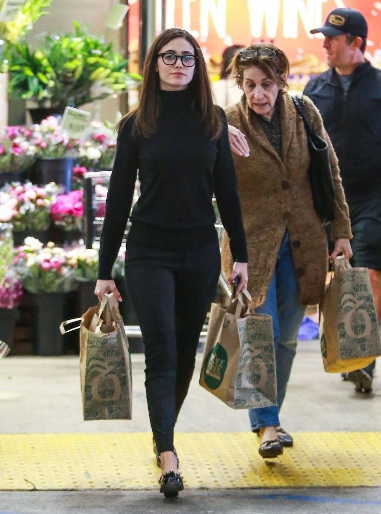 Actress Emmy Rossum shops for groceries with her mother in Los Angeles on November 25, 2015. Simple elegance.