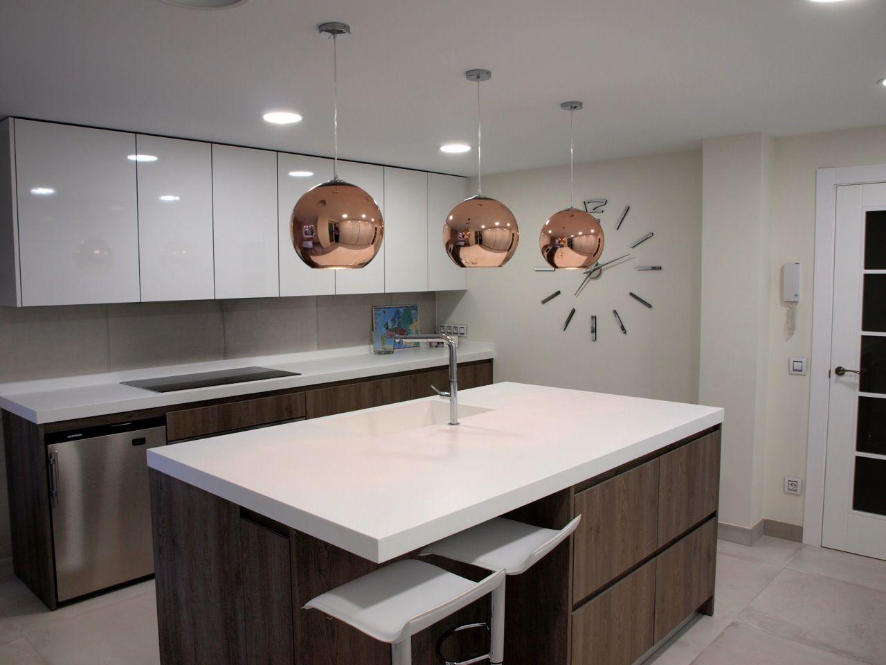 Blanco muebles de cocina con encimeras de color gris oscuro - Preciosa Cocina Con Los Muebles Bajos Formica Gran Calidad Laminado Mate Con Encimera De Cuarzo Blanco