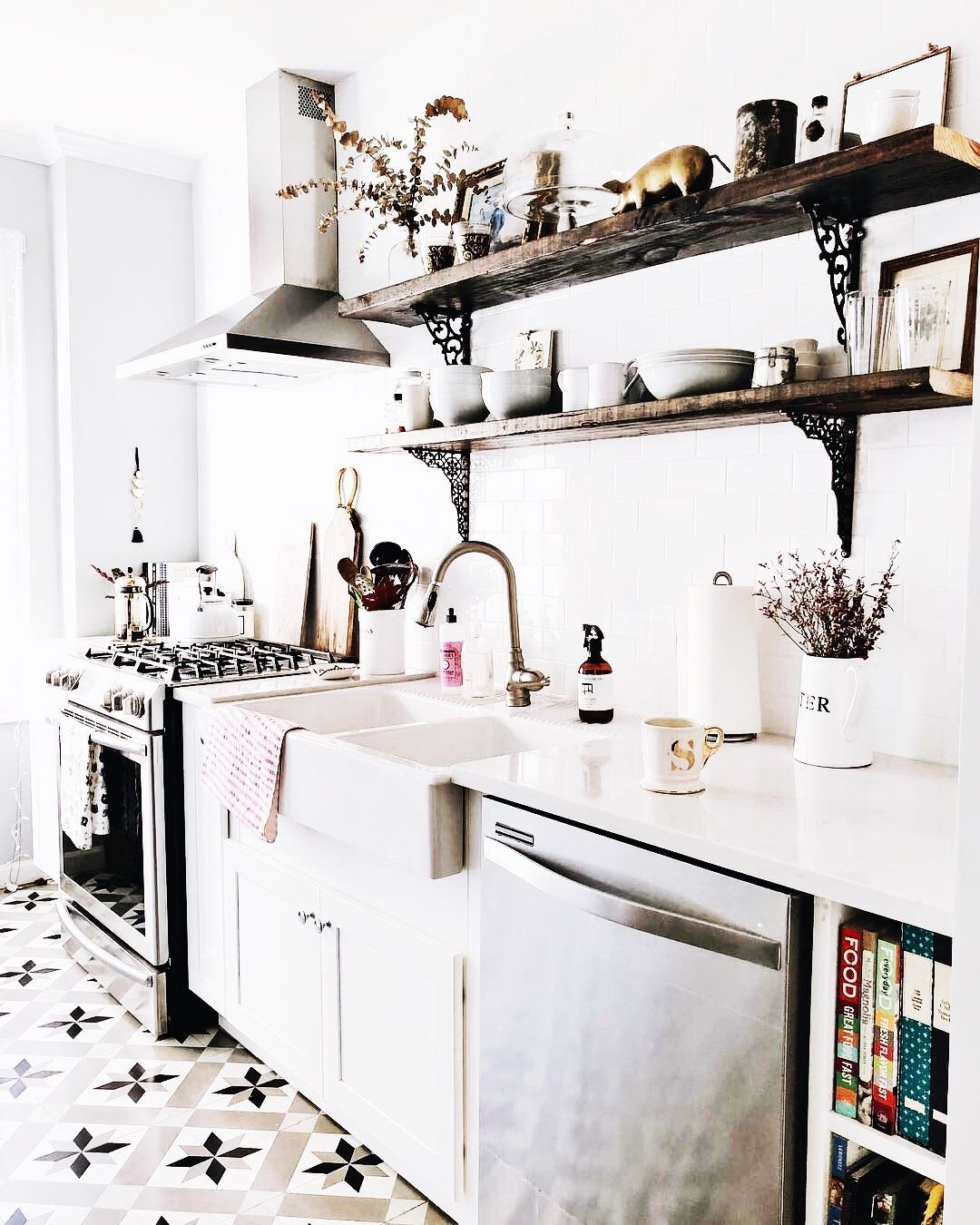 From reclaimed wood to antiques, there are countless ways to amp up your kitchen's country style. Obtain our best ideas for creating a sophisticated, rustic, vintage, modern and small farmhouse kitchen decor. Continue Reading → #farmhousekitchendecor