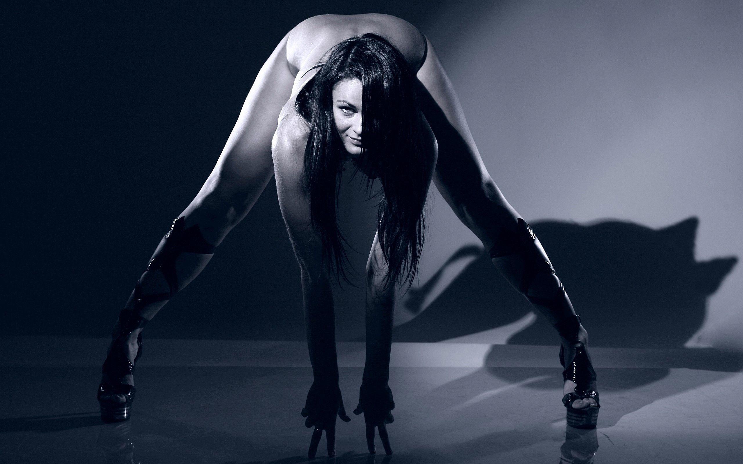 Раздвигает ноги под юбкой она
