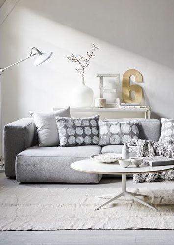 WOHNZIMMER IN GRAU UND WEIß VIELE KISSEN ERHÖHEN DEN - wohnzimmer couch weis grau