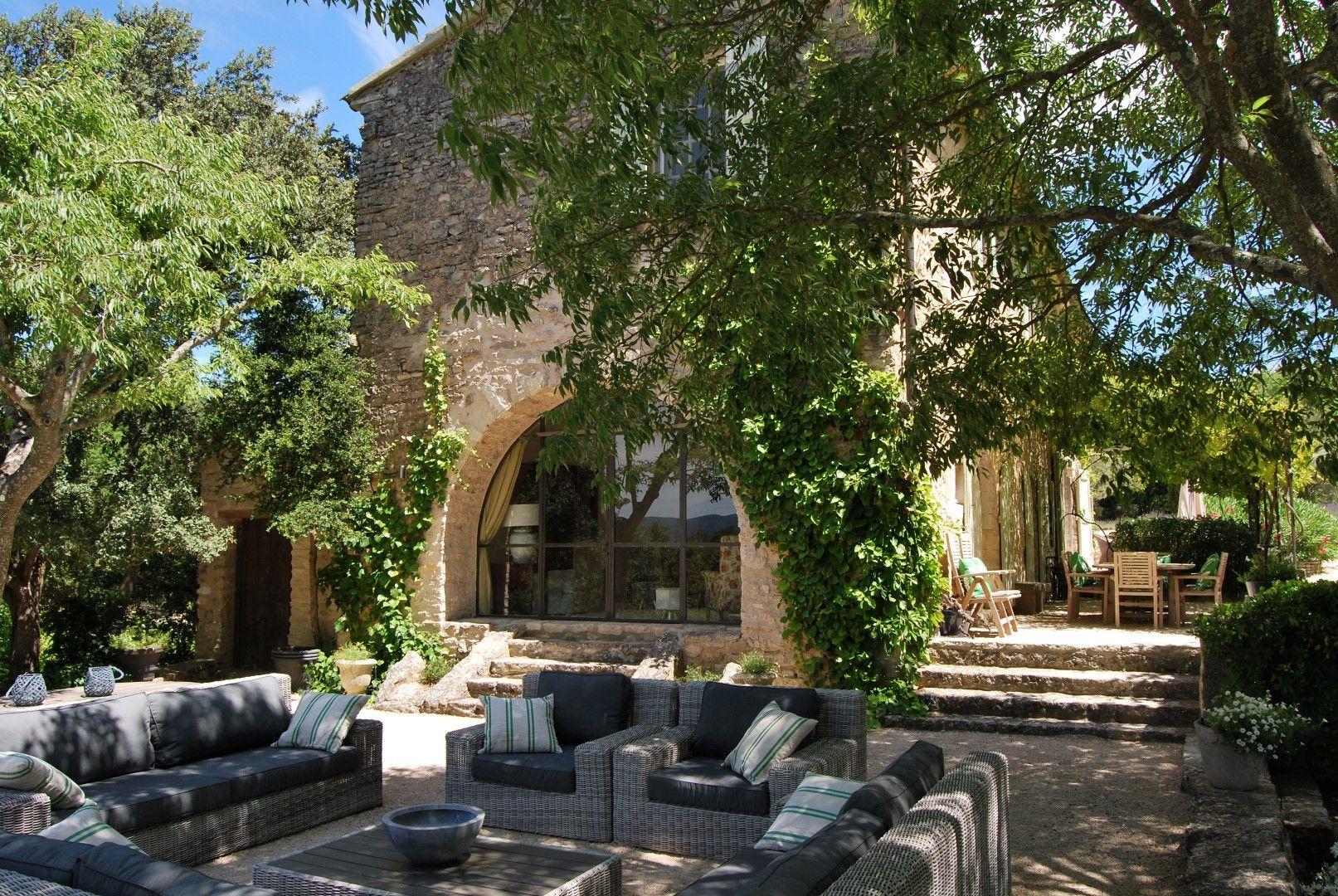 Mas Mélodie - En plein coeur du Luberon, authentique mas provençal avec piscine chauffée (16 x 5 m), terrasses ombragées. Au milieu de 4 hectares de terrain en partie boisé  la propriété bénéficie d'une jolie vue sur la vallée.