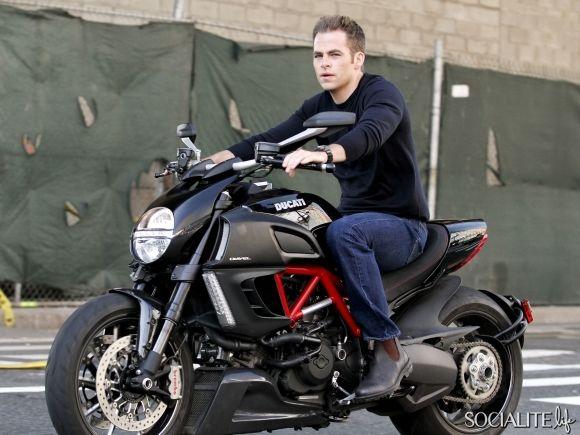 FIRST LOOK: Chris Pine Riding Ducati On 'Jack Ryan' Set [PHOTOS] – Socialite Life