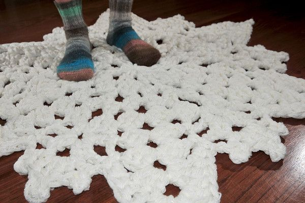 Crocheted snowflake rug using 8 strands and a Q hook.  Might hafta try this for the new house...