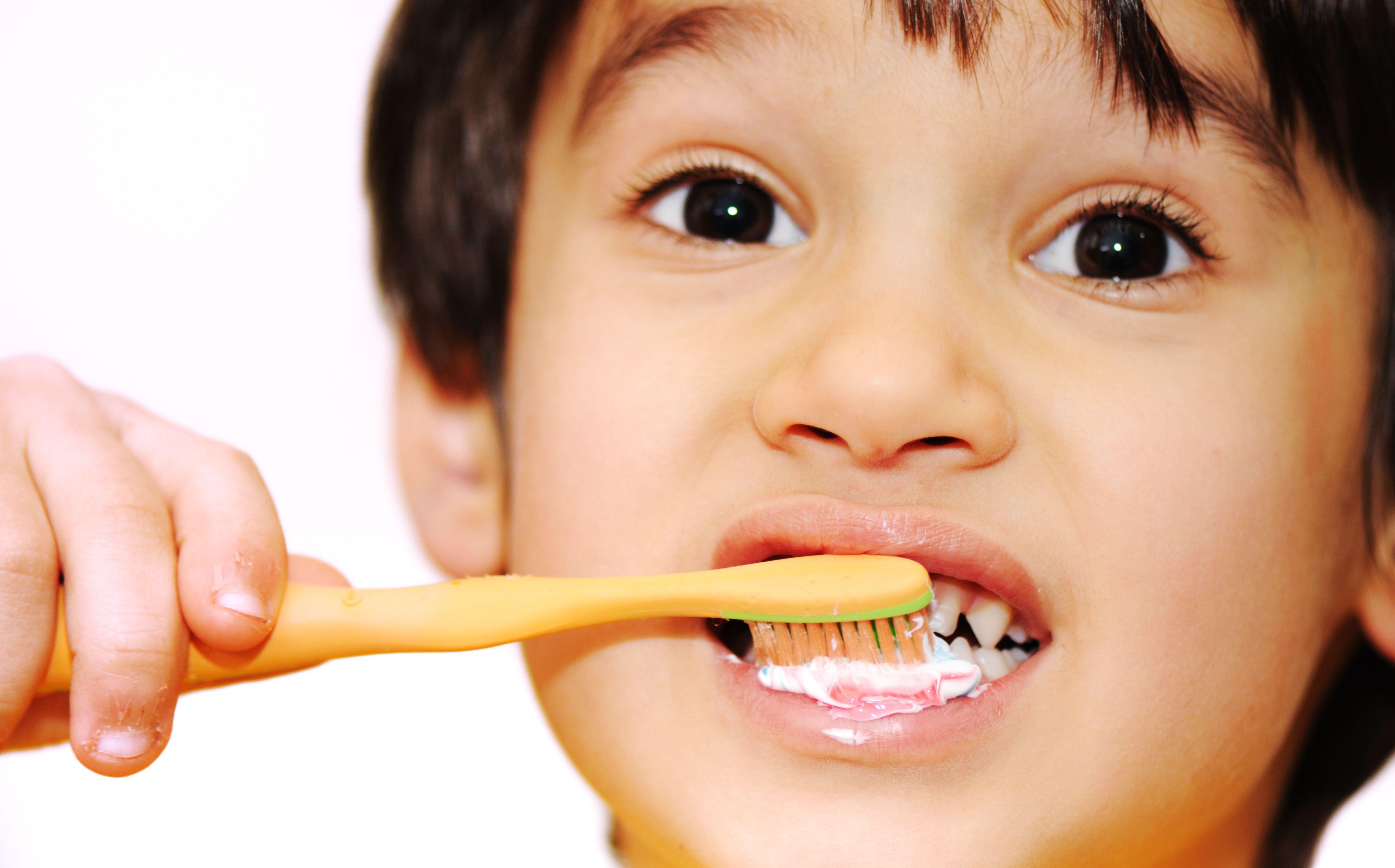 Hispanic Boy Brushing Teeth Con Imagenes