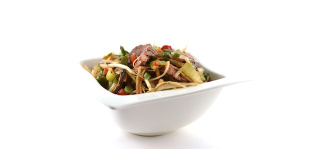 Deze Chinese roerbakmix met biefstuk is een supersnel en gezond recept. Dit serveer je met gemak binnen 15 minuten uit. Natuurlijk ook weer super lekker.