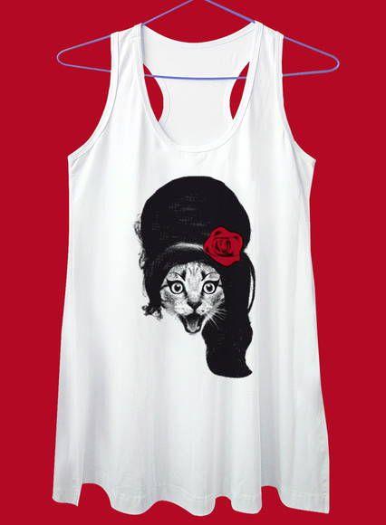 Camiseta em malha, com estampa em serigrafia. Disponível nos modelos  básica, baby look, regatão, regata nadadora curta, na cor branca. 18338bee32