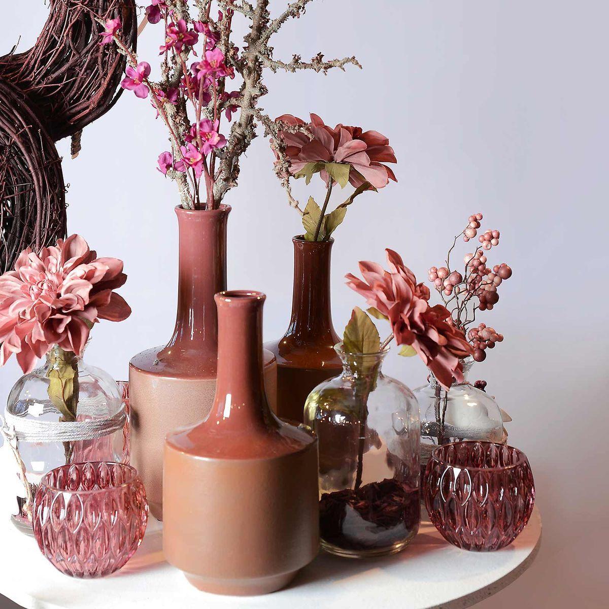 bloemen in glazen vaas met boomschors onderin mit bildern
